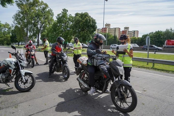 Controls to Vicente López's motorcycles: in addition to asking drivers for documentation, they measure the noise they cause.
