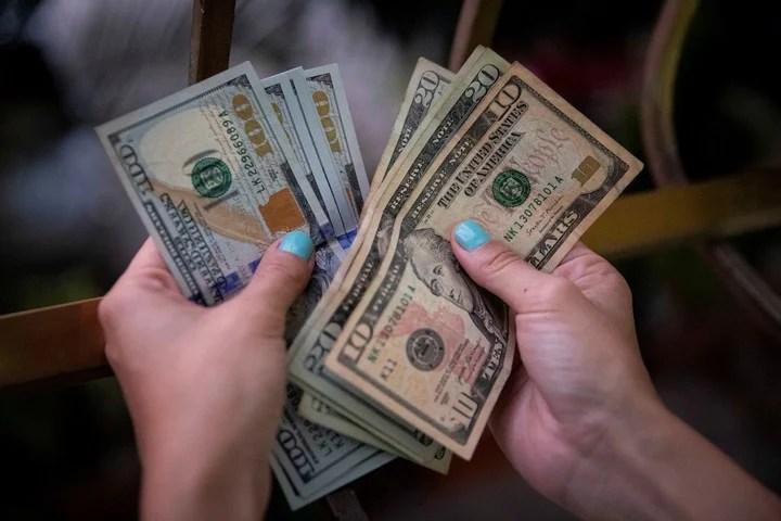 Ahorrar en dólares, sí. Pero también hay otras opciones. Foto: EFE