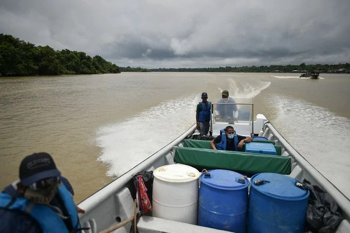 To get the vaccines to the town of Santa Genoveva de Docordo, in the department of Choco, in Colombia, it was also necessary to use boats.  Photo: AFP