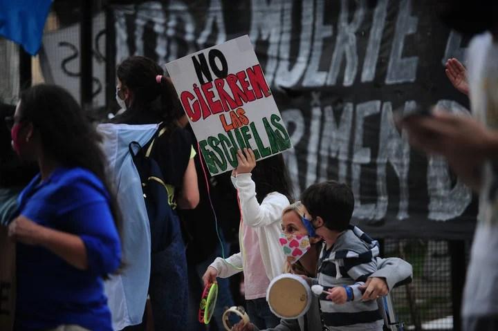 Un grupo de padres reclama frente al Palacio Tribunales por la presencialidad en la educación. Foto: Germán Adrasti, CLARIN.