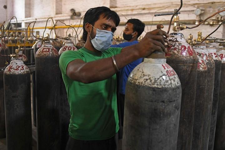 India atraviesa una crisis de escasez de tanques de oxígeno. Foto AFP.