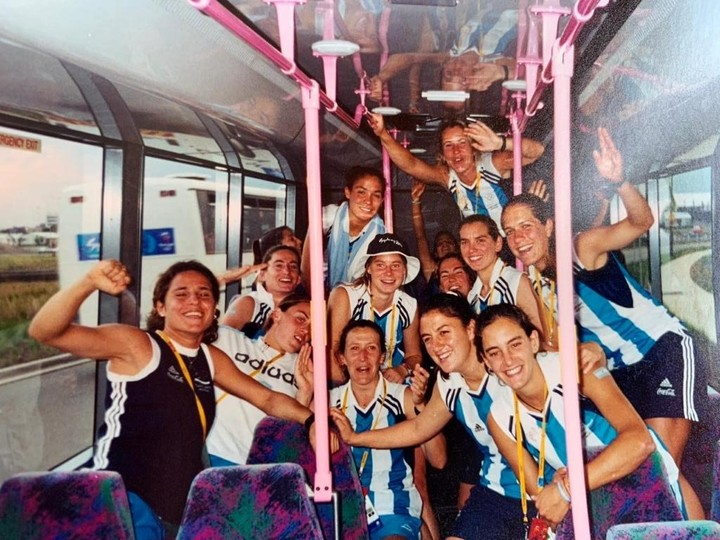 """Lanús's neighbor with her teammates from the Argentine team, the first """"Lionesses""""."""