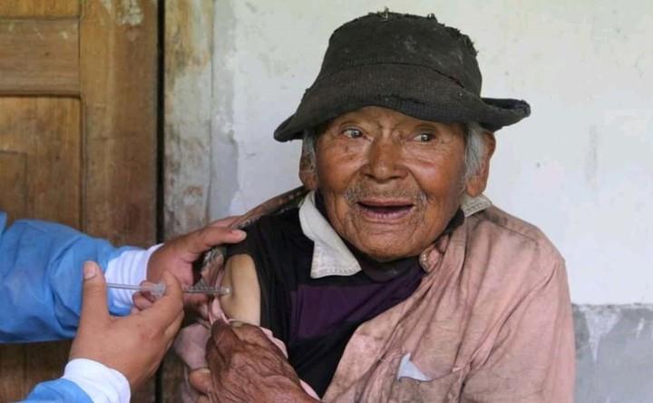 El centenario campesino recibió la primera de las dos dosis. Foto: EFE