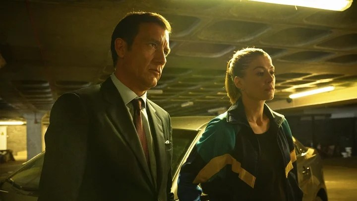 Clive Owen and Pike, the FBI agents.  Netflix photo