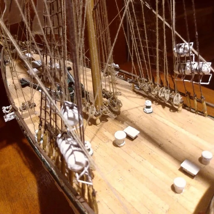 The replica is 1.10 meters high and is made of 100% wood.  In addition, it has threads that allude to the ship's ropes and typical representations that are part of the Libertad Frigate.