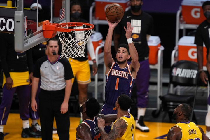 Devin Booker, the young great figure of the Suns.  Reuters
