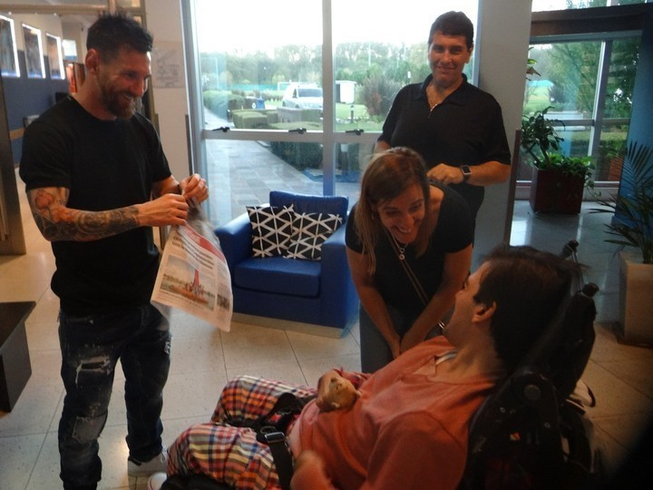 Messi, Clarín in hand, next to Nico.