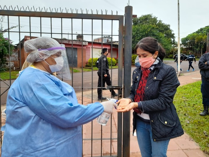 A health agent disinfects a voter this Sunday in Misiones.