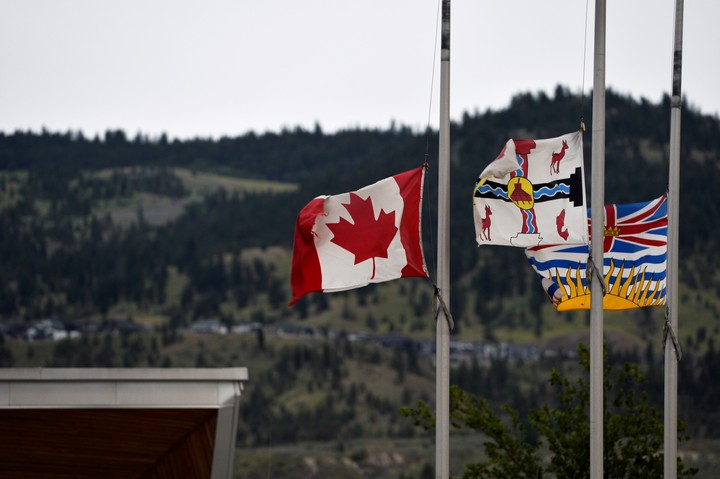 Flags on the pole of the former Kamloops indigenous residence in that town in the British Columbia region of Canada this Sunday.  Photo: REUTERS