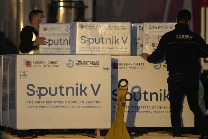Paraguay received 40,000 doses of the Sputnik V vaccine on the same Aerolineas Argentinas flight that brought the active principle to our country.  Photo Juan Mabromata / AFP