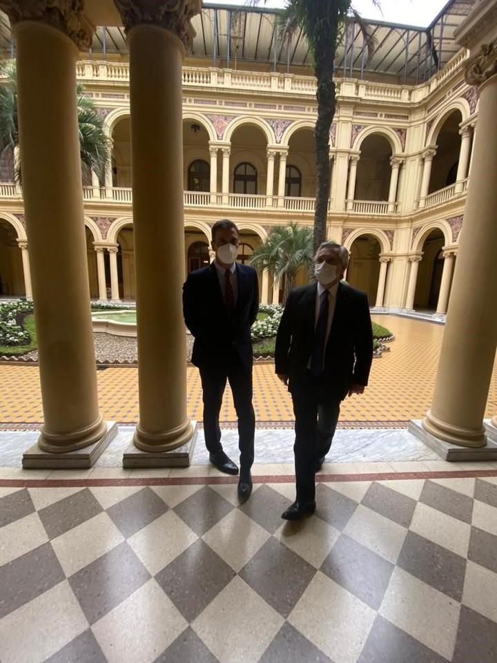 Alberto Fernández and Pedro Sánchez, in the Patio de Palmeras of Casa Rosada.