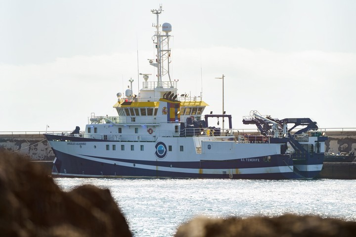 The oceanographic vessel Ángeles Alvariño with which they search for the little sisters.  Photo EFE / Ramón de la Rocha
