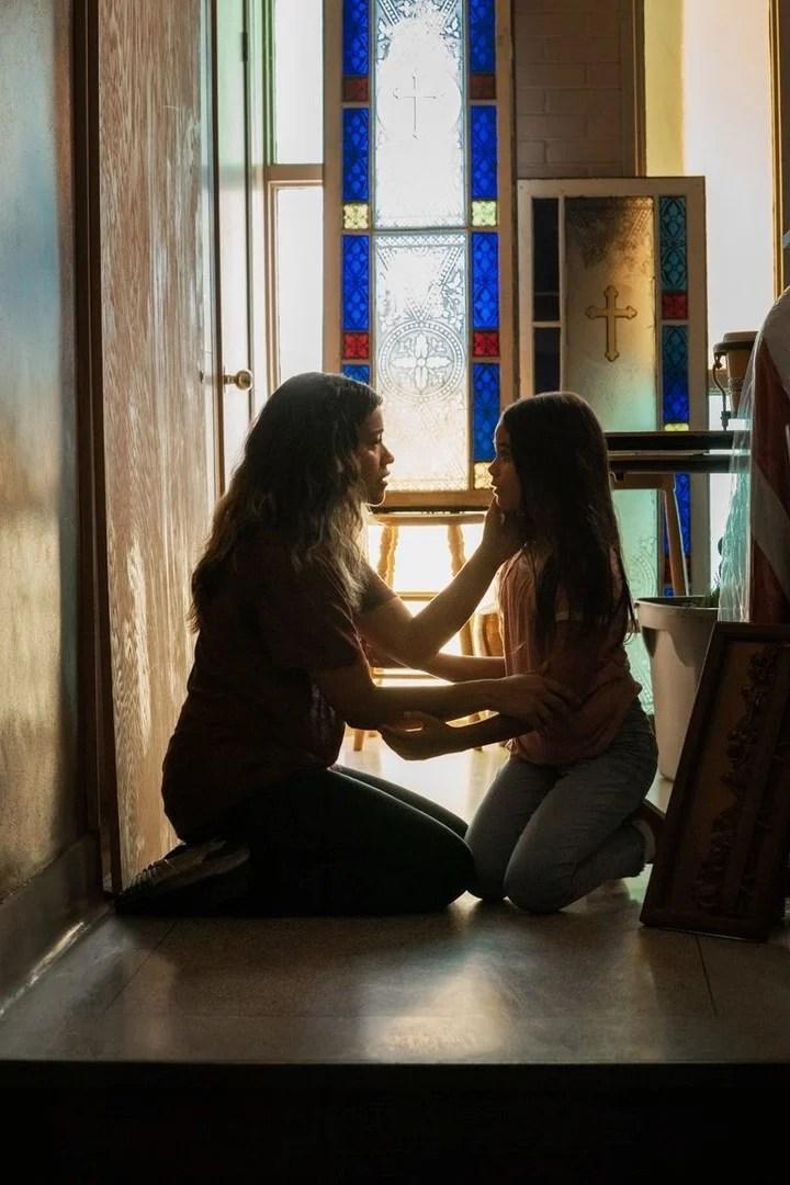 "Jill (Gina Rodriguez, from ""Jane the virgin"") and Matilda, before starting to run.  Netflix photo"