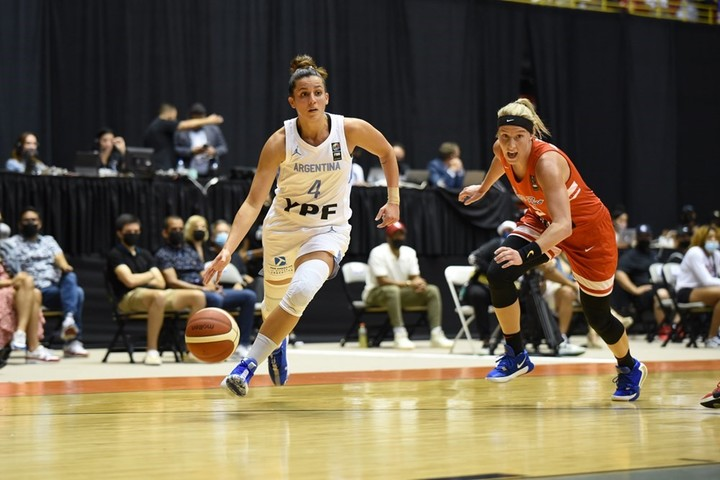 Macarena Rosset was enabled hours before the debut and played against the Dominican Republic and Puerto Rico (photo).  FIBA Press Photo