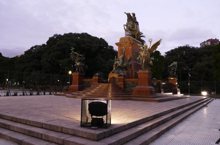 Foreshortening of the monument, illuminated by new reflectors.  Photo MARCELO CARROLL