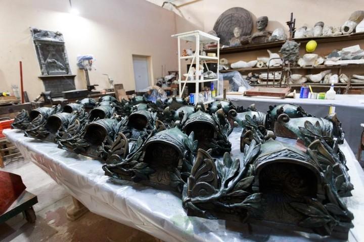 The restoration and replicas of pieces were made at the Hospital de Estatuas de Palermo.