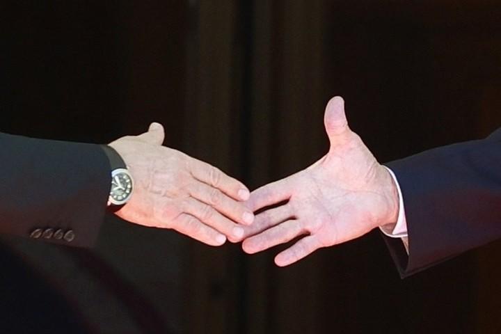 I salute between Joe Biden, on the right, and Vladimir Putin, on the left.  Photo EFE