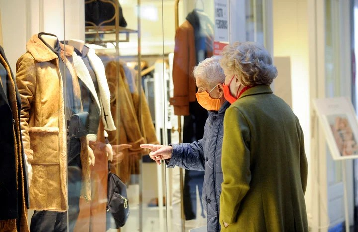 Strolling through Alto Palermo shopping, on the first weekend since its reopening.  Photo Fernando of the Order