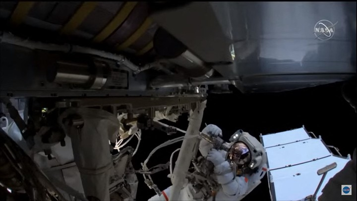In action.  Astronaut Thomas Pesquet works during the spacewalk this Sunday.  Photo: AFP