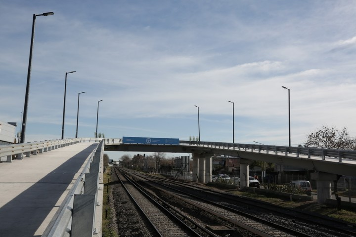 The first of the 13 vehicular bridges over the Sarmiento railway line was built in San Antonio de Padua, Merlo and was christened by Mario Meoni.