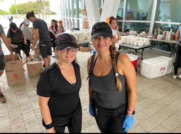 María and Mireya help those affected by the collapse in Miami.  Photo: Paula Lugones