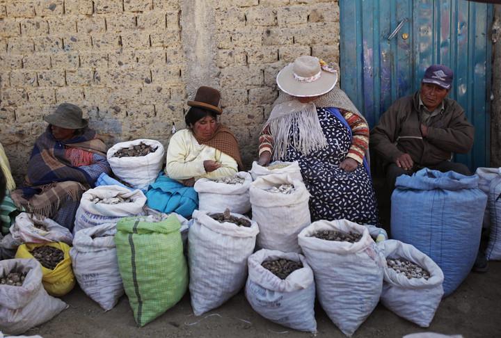 "Freeze Dried Potato Vendors Vendors ""chuno"", in one of the markets of El Alto.  (AP)"