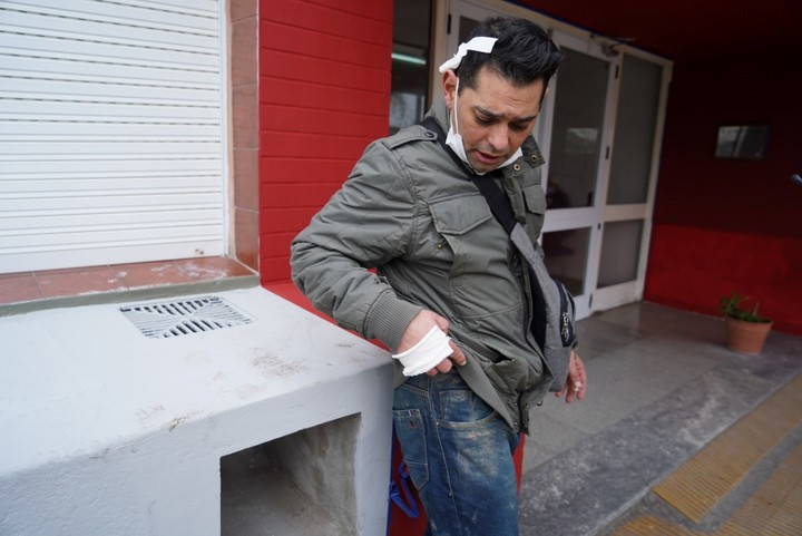 Alejandro at the exit of the Hospital de Chascomús.  He is convinced that the overturning of the mike occurred due to human error.  Photo Rafael Mario Quinteros