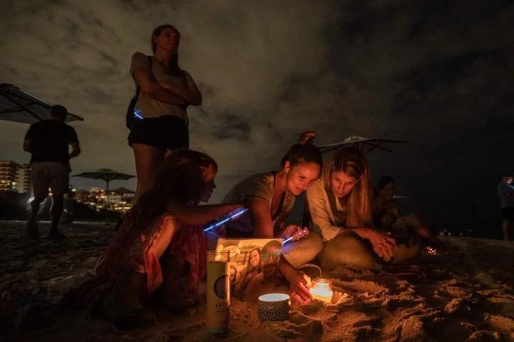 Hundreds of people gathered on the beaches of Miami.  Photo Giorgio Viera / AFP
