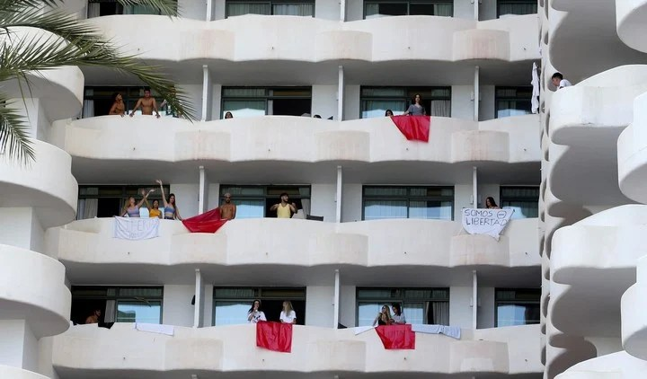 Students who traveled to Palma de Mallorca for the end of the course are isolated in a hotel, due to a massive outbreak of coronavirus.  Photo: REUTERS