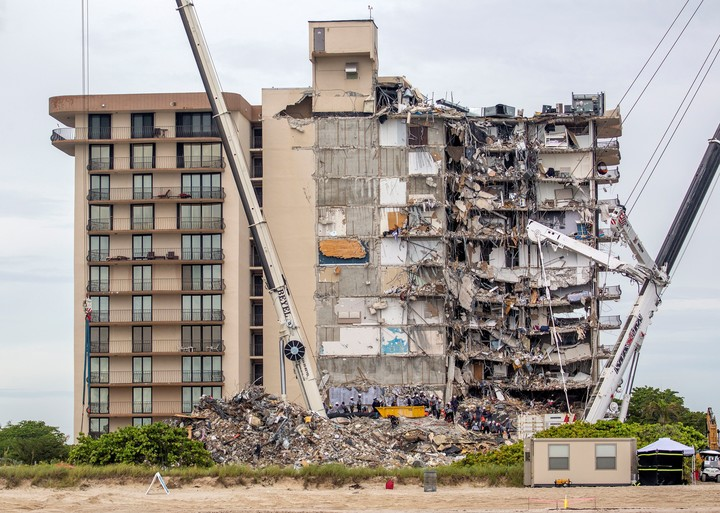 Image of the collapsed building and the wing that remained standing.  Photo: EFE