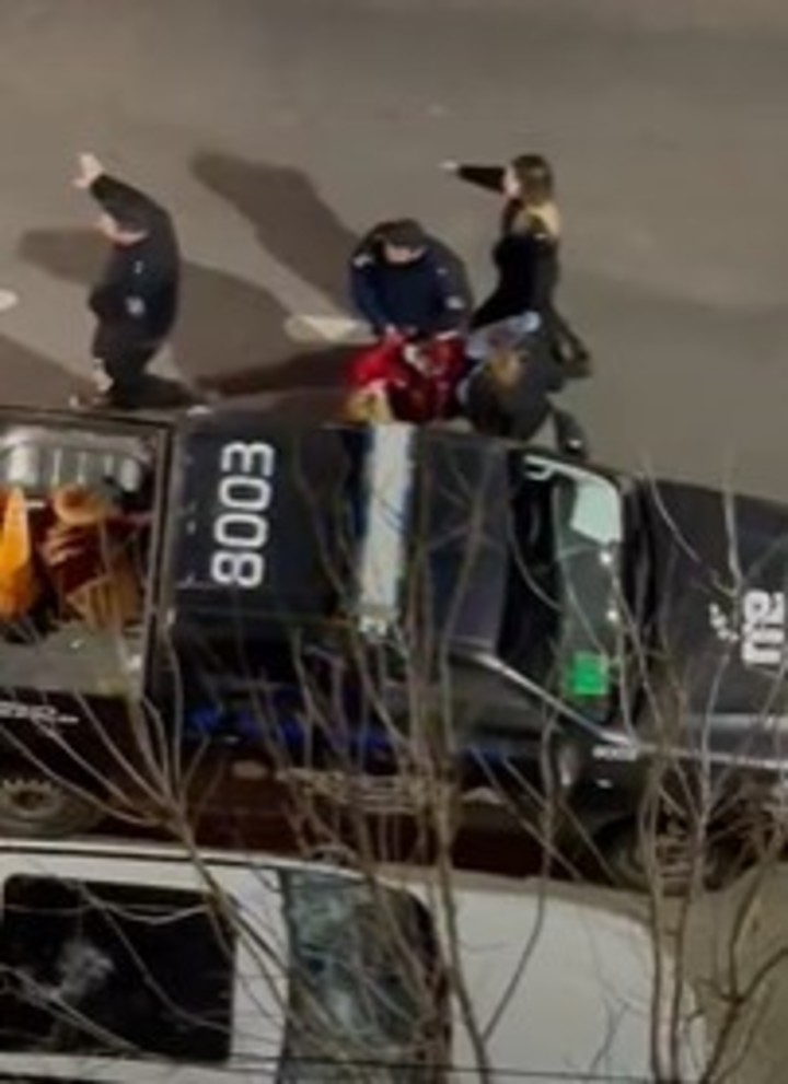 The moment when the woman is arrested after breaking the truck in Santa Fe. Photo: Video capture