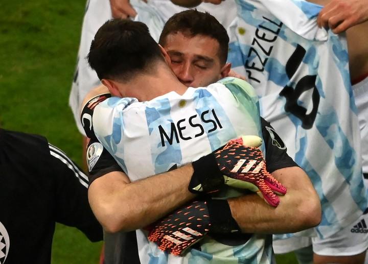 Messi, Draw and an eternal hug.  Photo: EVARISTO SA / AFP.