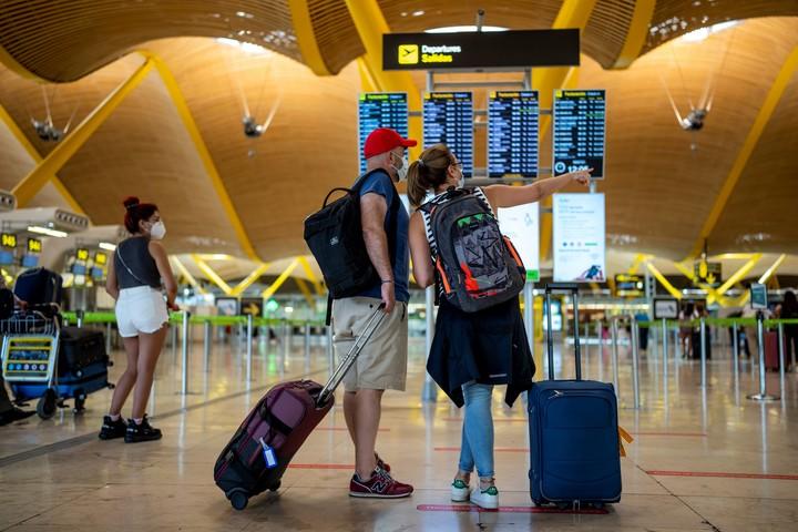 Pasajeros en el aeropuerto de Madrid. Foto AP/Manu Fernandez.