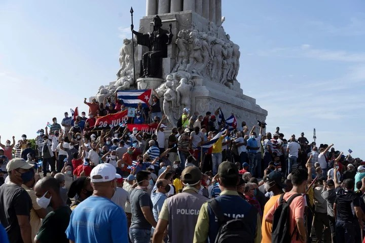Government supporters gathered at the Máximo Gómez monument in Havana.  AP Photo.