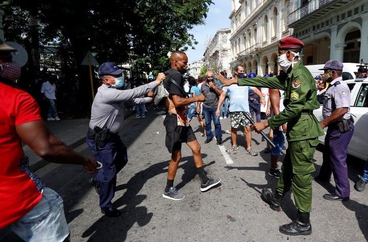 Police officers arrest a man during a demonstration in Havana.  Photo: EFE