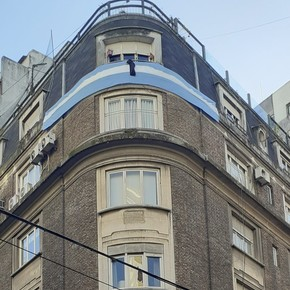Neighbors of Cristina Kirchner hung a flag and a black crepe for the victims of the coronavirus