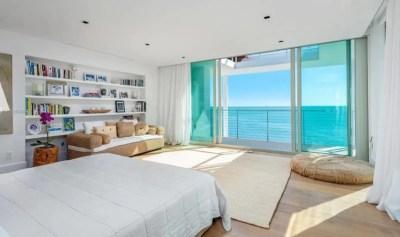 El dormitorio con vista al mar.