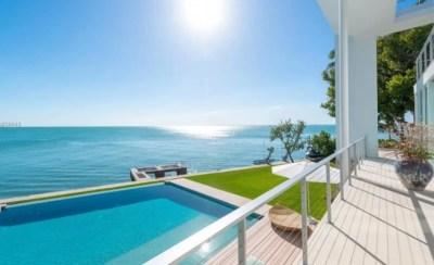 El mar y la piscina desde el balcón.