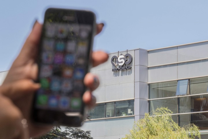 """The Pegasus program """"click"""" cell phones and takes information from contacts and conversations.  Photo: AFP"""