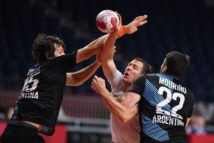 Argentina had a hard time stopping France at handball.  Photo Daniel LEAL-OLIVAS / AFP