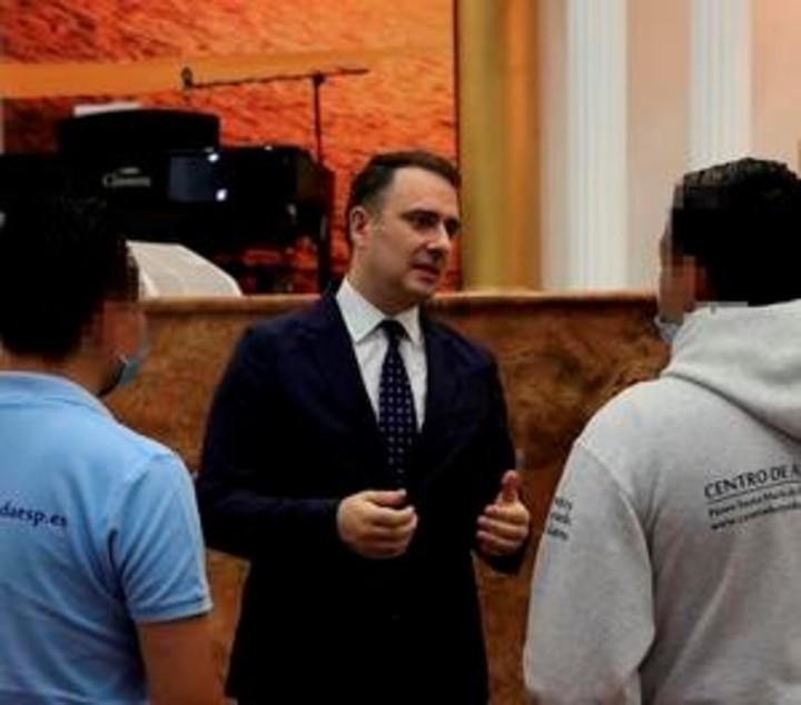 Javier and Kevin talk with Pastor Alberto Díaz.  Photo: EFE