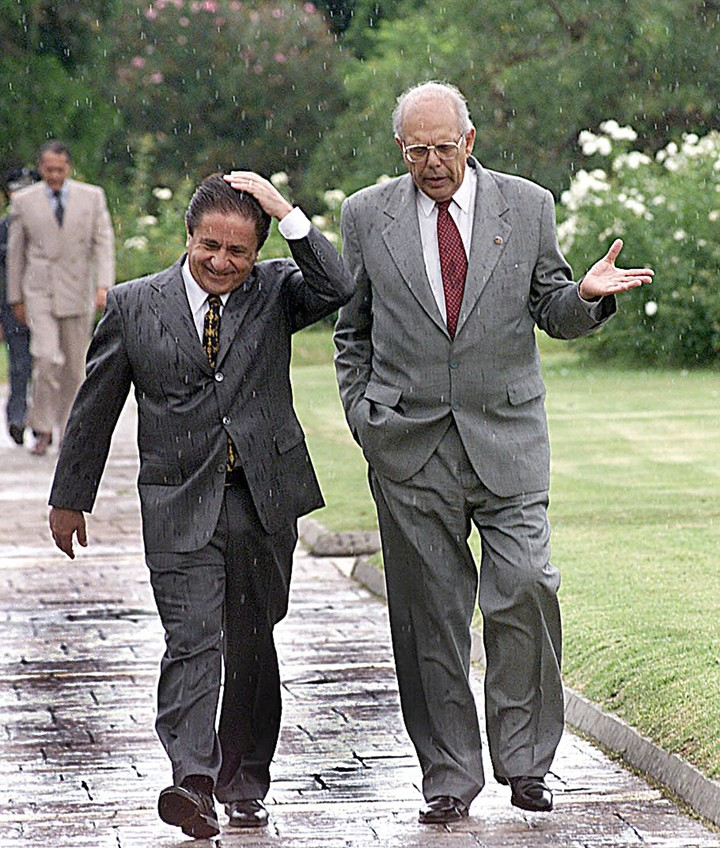 """Eduardo Duhalde, in Olivos, on a visit by former Uruguayan president Jorge Batlle, in 2002, when """"hallucinated with a river"""" in the Fifth.  AFP photo"""