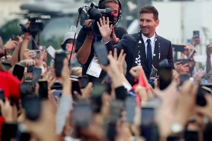 La multitud parisina feliz con Messi. Foto REUTERS/Yves Herman