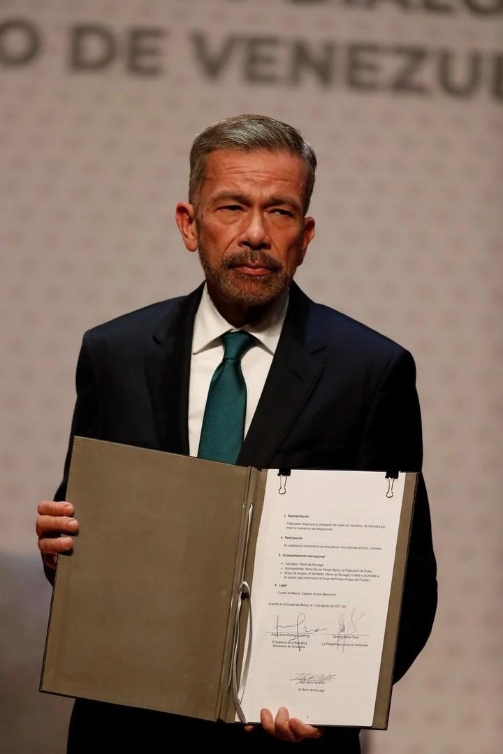 Venezuelan opponent Gerardo Blyde Perez shows the memorandum of understanding signed this Friday in Mexico.  Photo: AP