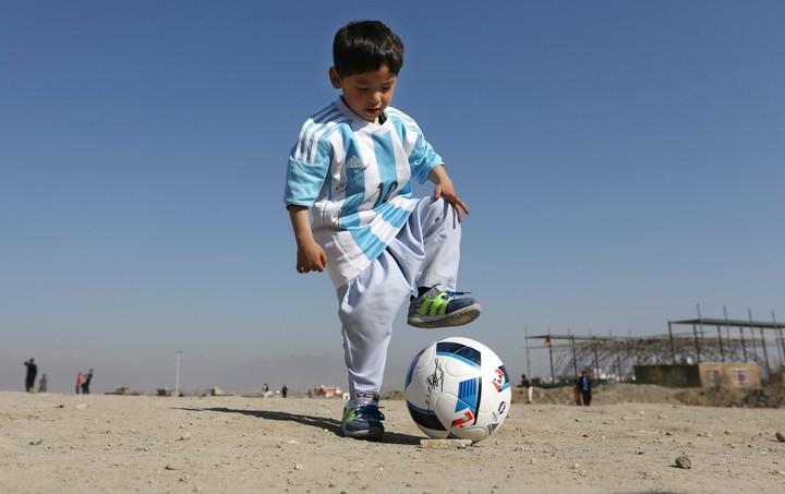 """El pequeño """"Messi afgano"""" ."""
