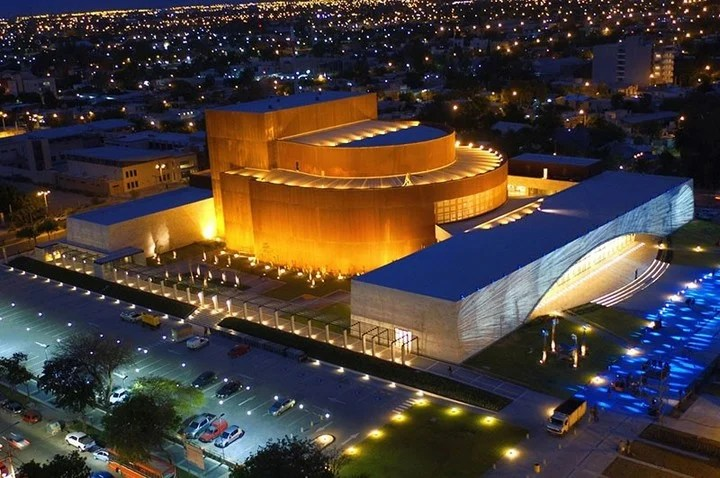The imposing San Juan Bicentennial Theater, built with panels with Dow technology with great thermal and acoustic behavior.