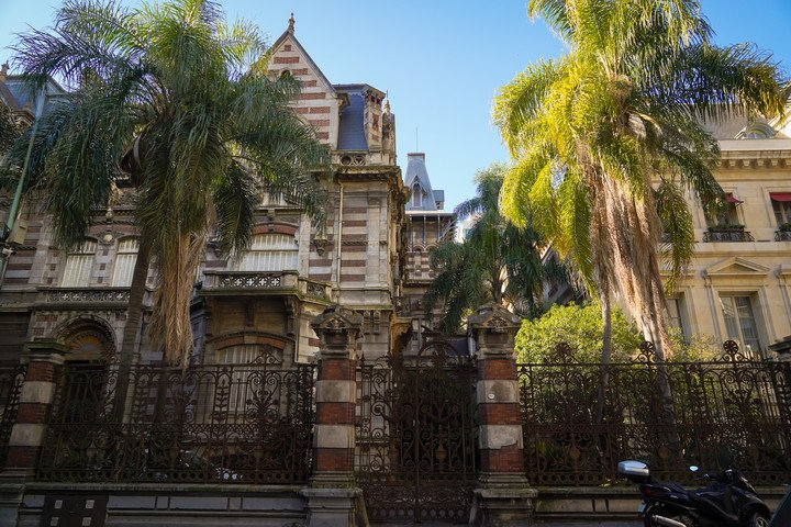 The owner of the Hume residence refused to sell it to the neighboring hotel.  And he has no contact with the Monuments Commission.  Photo Rafael Mario Quinteros