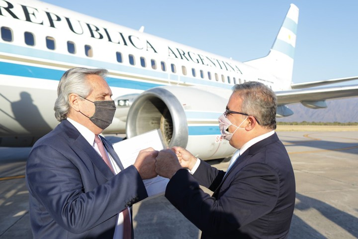 President Alberto Fernández with the Catamarca governor Raúl Jalil, this afternoon, upon arriving in Catamarca.