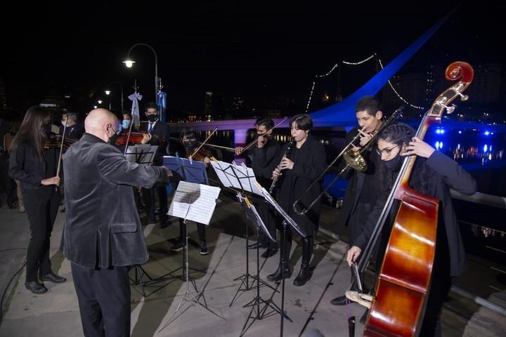 Orquesta de los Barrios performed stanzas of the Uruguayan national anthem at the Puente de la Mujer.