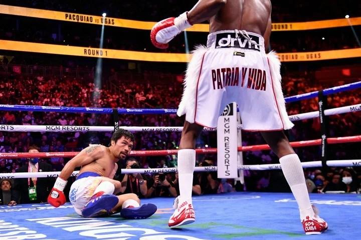 Por el piso. Pacquiao la pasó mal con Yordenis Ugás en Las  Vegas. Foto: AFP